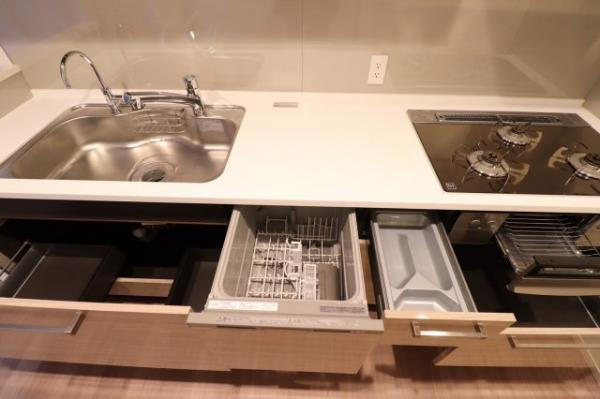 【キッチン】約3.9帖のキッチンスペースです。収納スペースも豊富にあり、食器洗い乾燥機も完備!