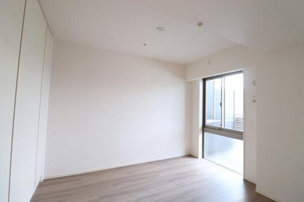 【洋室】収納スペース充実!窓があり通風良好です♪