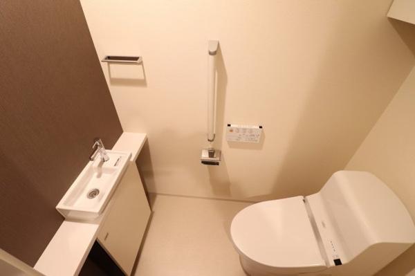 【トイレ】清潔感のあるお手洗いです。収納もあり、手洗いカウンターもございます。