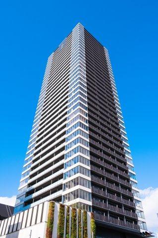 【外観】ホワイトとダークグレイを基調としたシックなデザインのタワーマンションです。