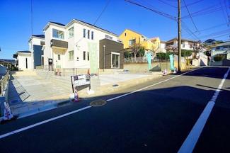 住宅街に堂々とした外観が目を引きます。 住環境は良好です!