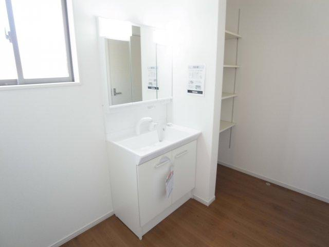 現地写真   シャワー付きの洗面台は忙しい朝でも身支度を整えるのにとても便利◎