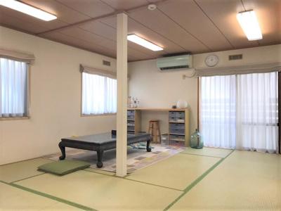 10帖の和室です。窓も多く、明るい空間になっています。