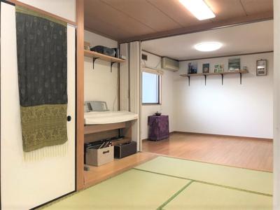 5帖の洋室と10帖の和室が続き間になっています。合わせて15帖ありますので、リビングや居間として活用いただけます。