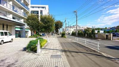建物前面の歩道です