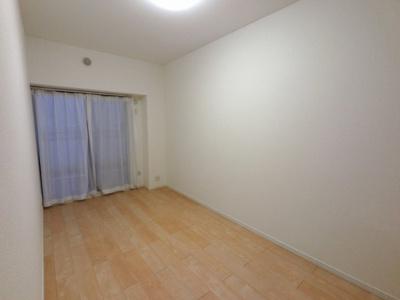 6.3帖の洋室は主寝室にいかがでしょうか。 バルコニーに面しており風通しが良く気持ち良く過ごせます。