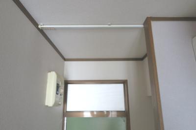 玄関天井には、カーテンレール付きです