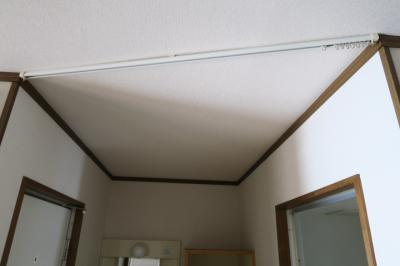 お風呂、洗面所、トイレの前の天井にはカーテンレールが付いていますので、仕切れます