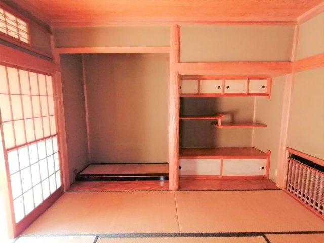 和室には床の間・違棚・書院の伝統的な和室の造りです。