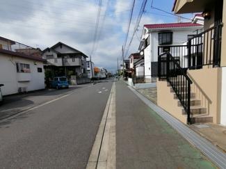 歩道もついた平坦な道路