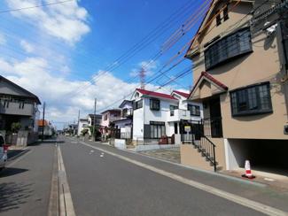 前面道路も広く交通量も多くないので静かな住環境です。