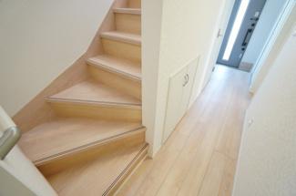 玄関から直接階段に行けます。手すりが設置されて安心ですよ。階段下に収納スペースもありますよ。
