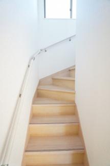 手すりのある階段で安心です。窓もあり明るいですね。