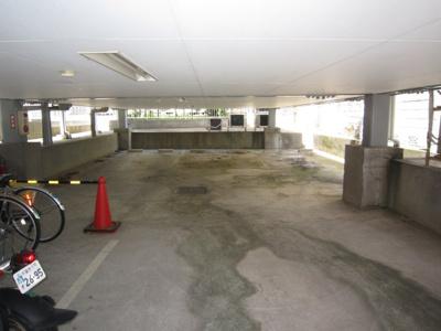 建物の下に駐車場があります