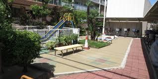 敷地内にちょっとした遊具のある公園がございます。