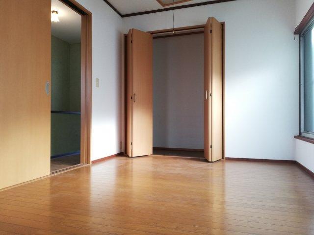 【洋室】2階洋室はリフォームしてありますのでそのまま使用できます。