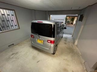 ガレージにつながる扉もあります。