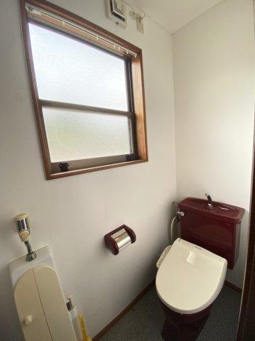 【トイレ】落ち着いた色調のトイレです
