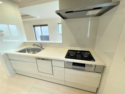 お手入れしやすい換気扇と食洗機付きシステムキッチン