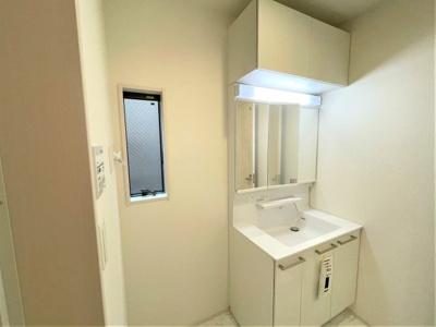 上部に収納スペースのある洗面化粧台