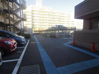 敷地内駐車場は平面と機械式がございます。空き状況は随時確認が必要となります。