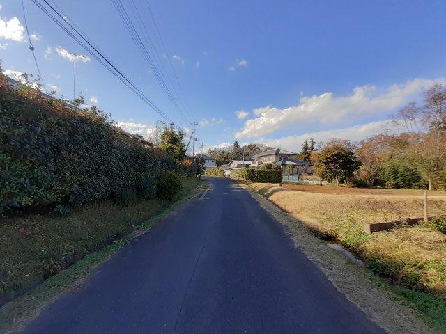 南側幅員約8.3m公道、東側約2.4m公道に接す