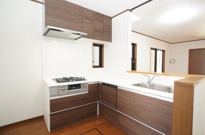【L字型キッチン】 一度に5人分の食器が洗える食器洗い乾燥機を装備。 床下収納庫もあります。 ここからパウダールームへの動線も近くて、 毎日の家事が助かります!