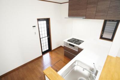 【広さがポイント】 キッチン後ろ側は冷蔵庫を配置しても余裕があります! 冷蔵庫だけでなく食器棚や収納などキッチンで使う物を スッキリ収めることができます。 そして、換気性、採光性を高める勝手口を設置。