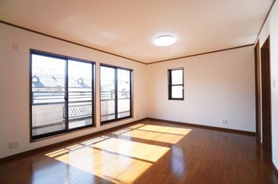 【2F洋室約5.5帖×2】 明るさがポイント! 自然光に恵まれたゆとりサイズの居室です。 南西向きならではの贅沢な明るさを体感頂けます。