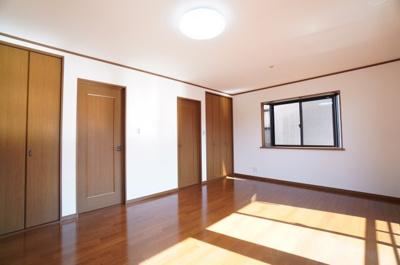【2F洋室約5.5帖×2】 たっぷり収納がポイント! コートやスーツだけでなく、収納棚を中にしまえば ニットやパンツも中にしまえて お部屋をすっきりと! お部屋のコーディネートと幅が広がります♪