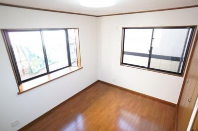 【北側洋室約6帖】 3面採光となるこの居室は 北側にありますが、明るく 出窓の効果もあり、広く使えます。