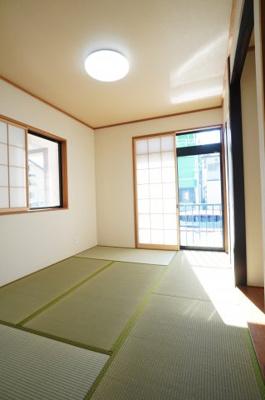 【和室6帖】 リビングに繋がる和室ですが、 こちらも東側に窓があり、 とても明るくリビングと一体として使用すれば、 約21.4帖の大空間が生まれます!
