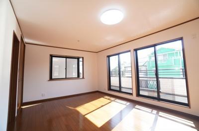 【2F洋室約5.5帖×2】 たっぷり陽ざしが注ぐこの居室は 今は、主寝室向き!約11帖あります。 将来は、子供達のお部屋として、 2分割に出来る設計となってます!