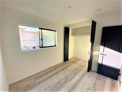 【現地写真】 全居室、収納と窓も完備されています♪