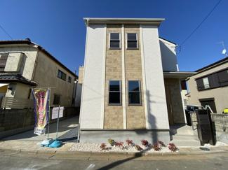 デザイナーズ住宅でリビングにはおしゃれな折り上げ天井や趣のあるアクセントクロスでくつろげます。