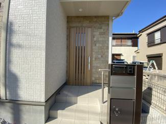 玄関です。宅配ボックス設置です。道路の通行は近隣の居住者がほとんどですので安心です。