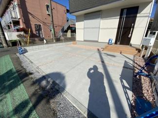 駐車スペースです。開放感のある三方道路でカースペース2台可能です。