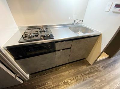 2口ガスコンロ/グリル付きシステムキッチンです☆グリルがあるとお料理の幅が広がりますね♪自炊生活で楽しく健康に!