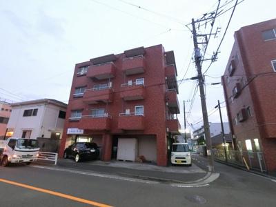 京浜東北線「根岸」駅徒歩10分♪駅からはフラットアプローチ。 総戸数12戸、昭和56年9月築、管理人は巡回勤務につき管理体制良好です♪