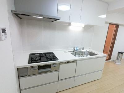 お部屋を広く使える壁付けタイプのシステムキッチンです。 食器洗乾燥機付きで家族の食器もピカピカ。後片付けもラクラクこなせて、環境に優しい設備です。