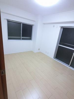 5.8帖の洋室は2面採光で風通し◎ 主寝室にいかがでしょうか。