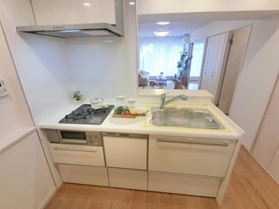 2口ガスコンロのシステムキッチンです。 食器洗乾燥機付き、後片付けもラクラクこなせて、環境に優しい設備です。