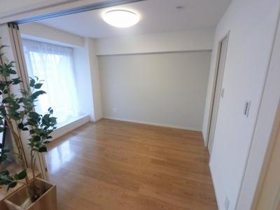 6.0帖の洋室です。 主寝室にいかがでしょうか。窓が大きく明るいお部屋です。