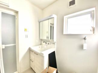 バスルームに合わせた洗面所