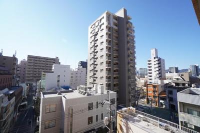 【シティライフ】 広島の中心地に住まう。 通勤の利便性はもちろんのこと、 中心地にて、これだけの眺望を確保できる素晴らしさ。 バルコニーにチェアでもおいて、休日は寛げそうですね!