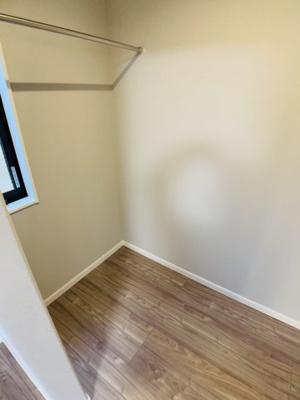 主寝室には、ウォークインクローゼットをご用意。さらにクローゼットも別であり、収納力の高さが際立ちます