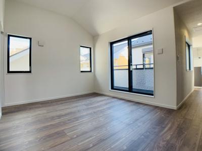 邸宅の中心スペースであるリビング。窓が多く、開放的な空間が広がっています。