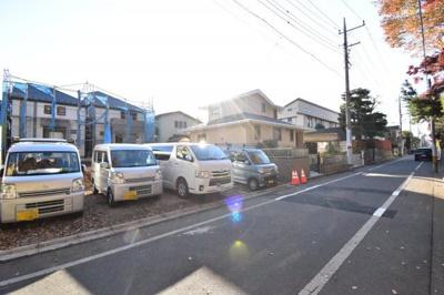 前面道路は約5.4mございますので運転が苦手な奥様も安心して駐車出来ます。