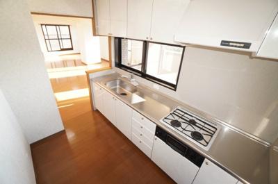 【キッチンの明るさや広さがポイント!】 明るい自然光が入るキッチン作業スペースを 多くとった独立キッチン。 夫婦そろってキッチンに立っても調理がしやすく余裕の広さ。 家事をしながら会話も弾みます。
