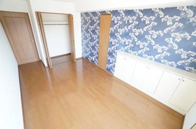 【西側洋室7.5帖】 サブバルコニーに面する部屋は とても明るく主寝室向きです。 また、クローゼットも2か所完備。 更に、収納カウンターも! 荷物も部屋に溢れる事なく広く使えそうですね。
